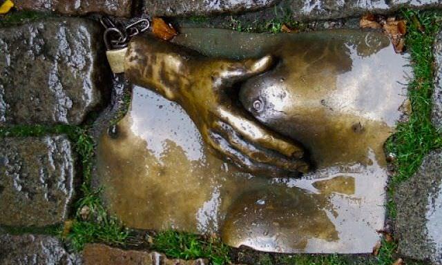 Рука, ласкающая женскую грудь
