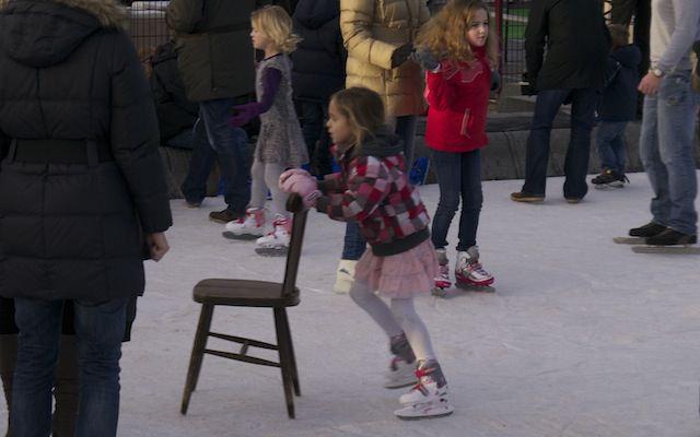 на коньках со стулом