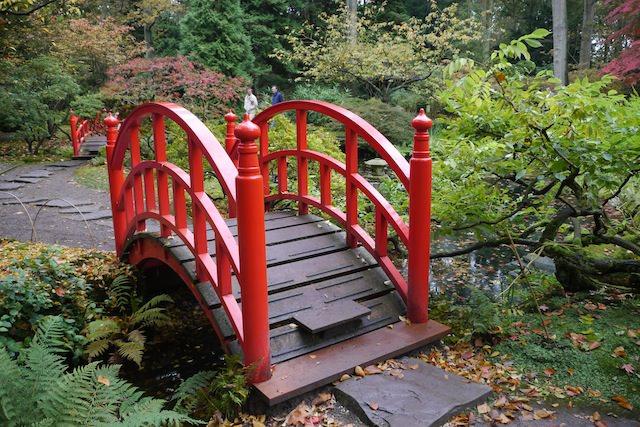 мостик в японском саду
