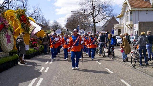 парад цветов в сопровождении оркестра