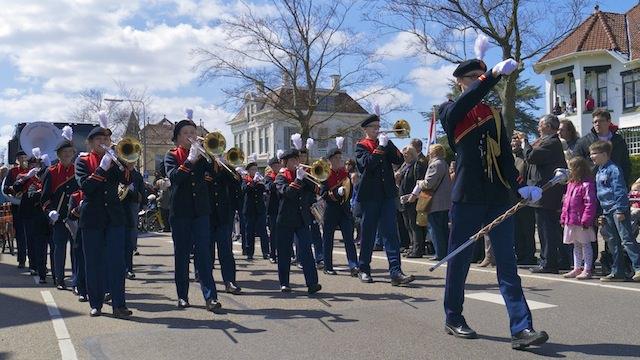 оркестр на параде цветов