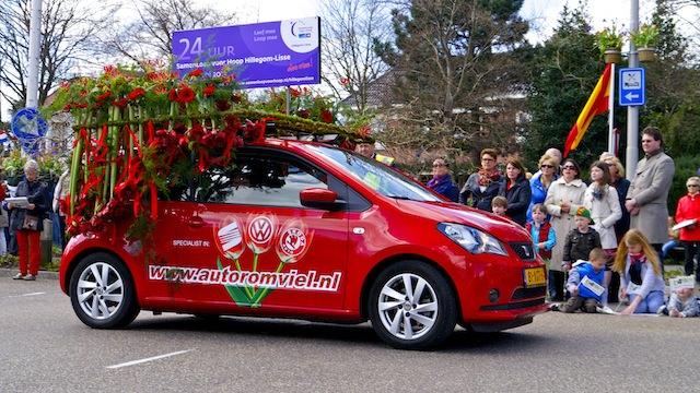 машины с цветами на параде цветов