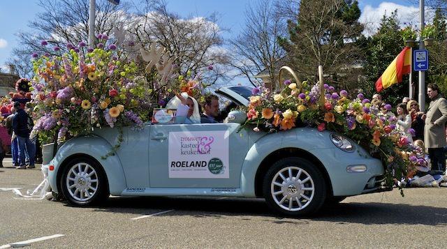 украшенный свадебный автомобиль