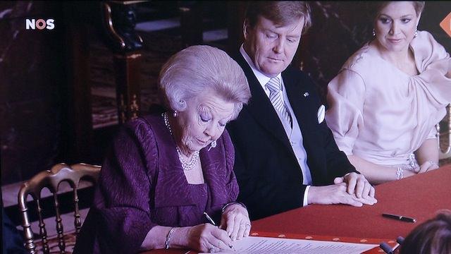 Беатрикс подписывает акт отречения от престола