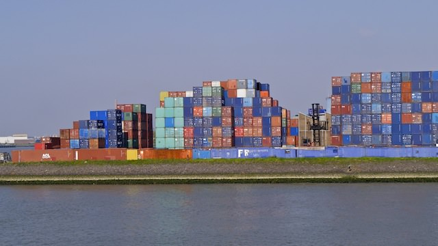 контейнеры с грузом в порту