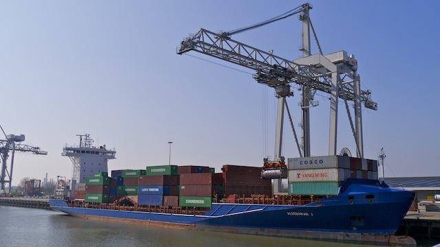 погрузка корабля в порту Роттердма