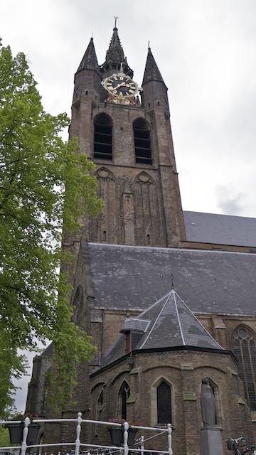падающая башня Старой церкви в Делфте