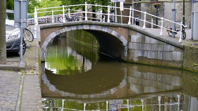 мостик через канал в Делфте