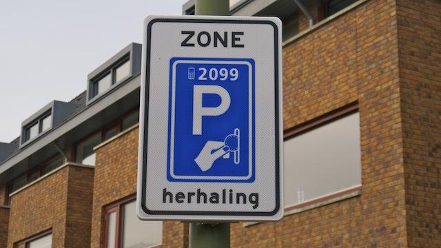 знак платной парковки в Нидерландах