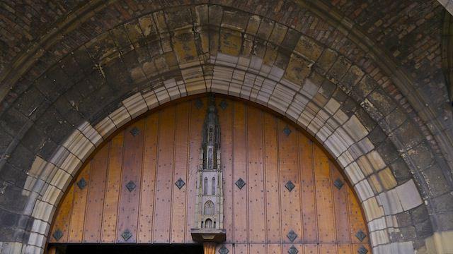арка над входом в Новую церковь