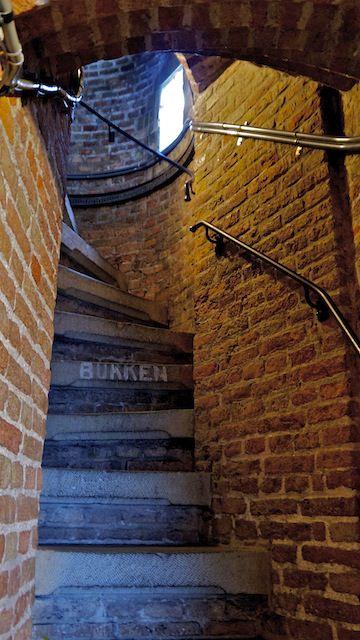 крутая лестница в башню Новой церкви