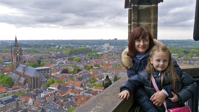мы с дочкой на фоне Старой церкви, Делфт
