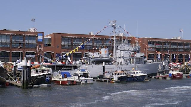 Корабли украшенные флажками