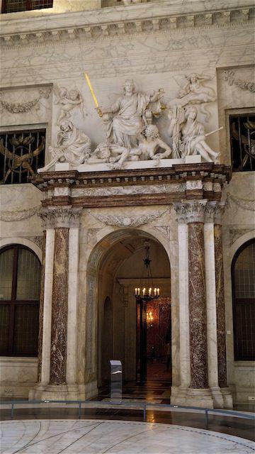 Статуя Справедливости в Гражданском зале