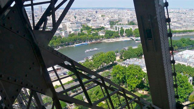 вид из лифта Эйфелевой башни