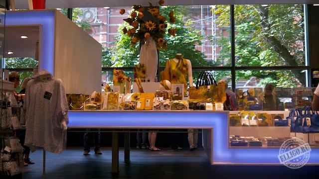 Сувенирный магазин в музее Ван Гога