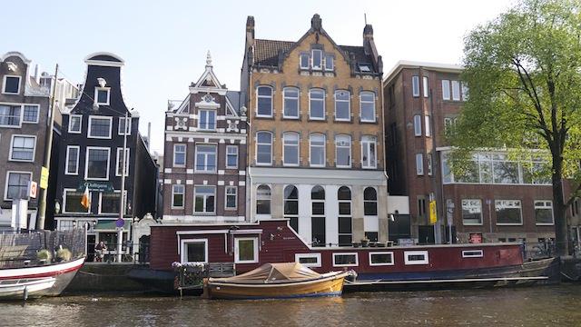 Дома у канала и на канале