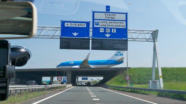 самолет движется над автомагистралью