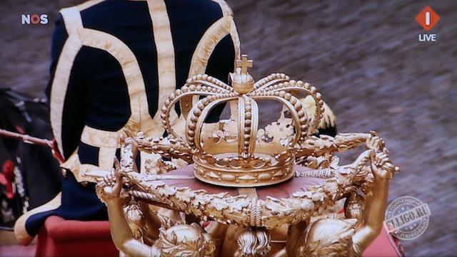Золотая корона на крыше