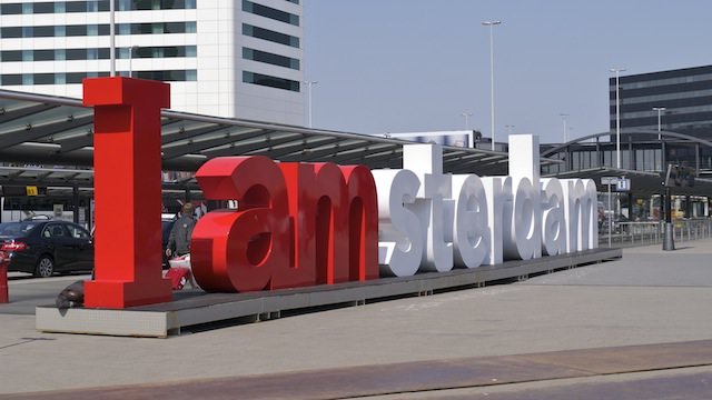 I amsterdam перед аэропортом Амстердама Схипхол