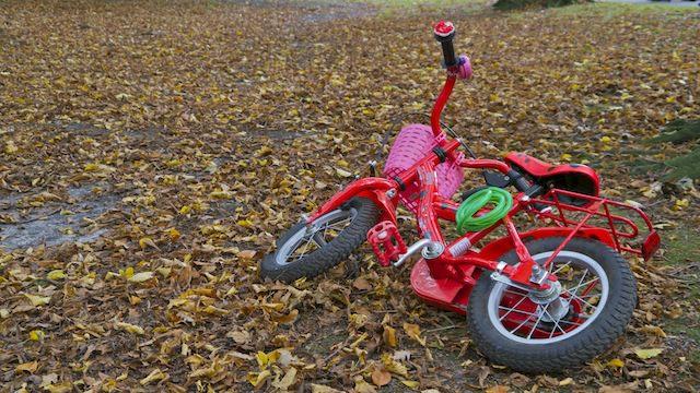 Позабытый велосипед у детской площадки