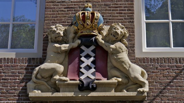 Герб Амстердама на фасаде дома