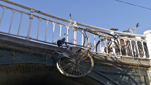 Креативное оформление моста над каналом