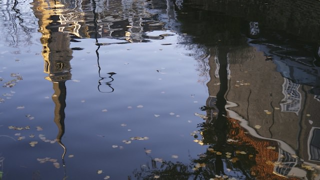 Ее отражение в воде
