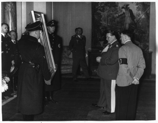 Адольф Гитлер рассматривает картину Меегерен, фотография с сайта historiek.net