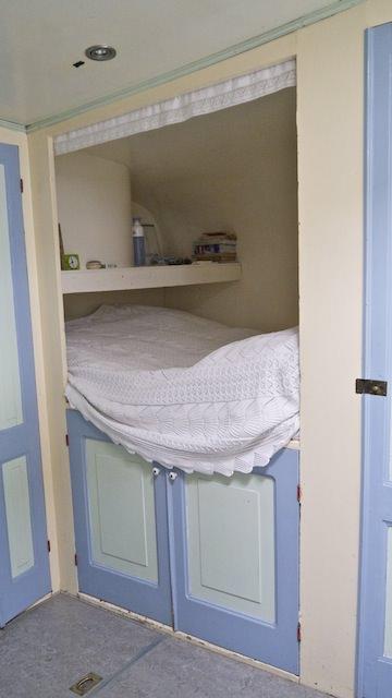 кровать в доме на воде