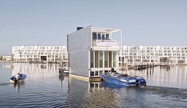 Буксировка плавучего дома, фотография с сайта rohmer.nl