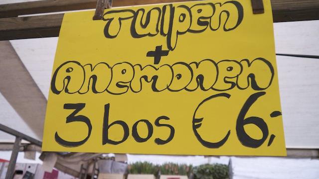 """Надпись гласит: """"Тюльпаны+анемонии - 3 букета за 6 евро"""""""