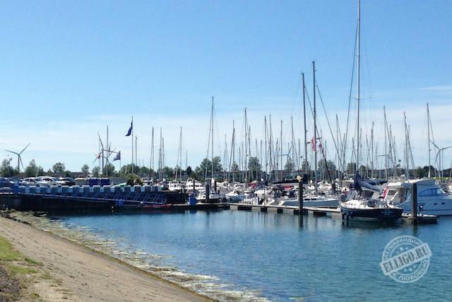 гавань с яхтами