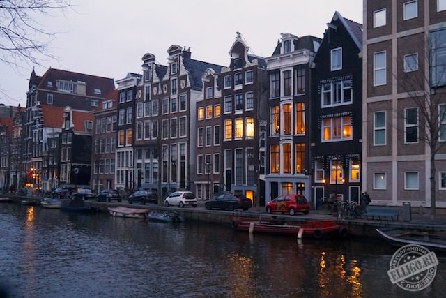Дома на каналах Амстердама
