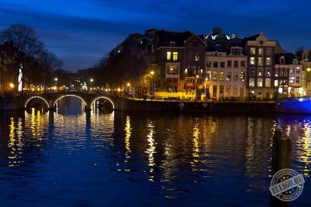 Отражения огней в каналах Амстердама